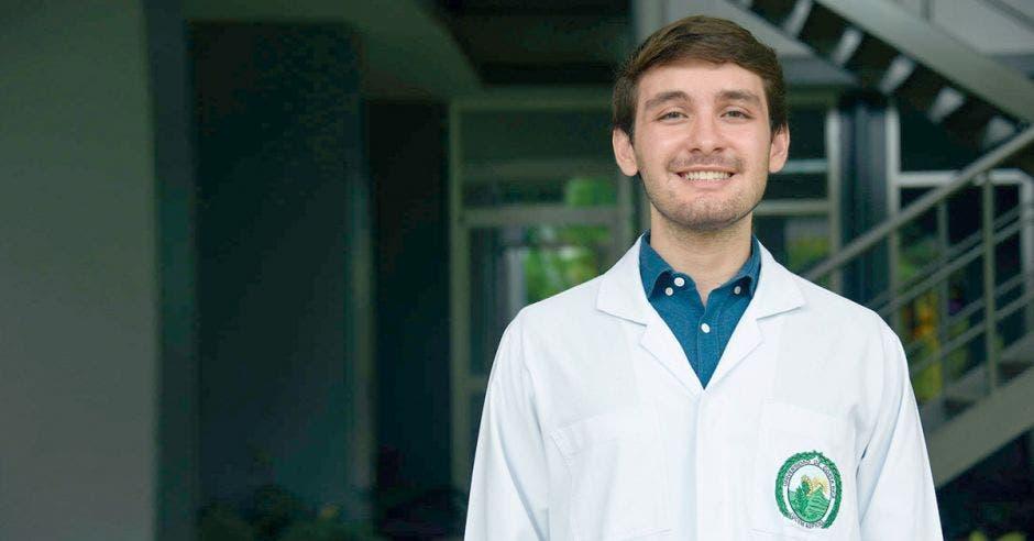 """""""El resultado no solo demuestra todo el esfuerzo que uno brinda por años, sino también el trabajo de la universidad"""", dijo Diego Azúa, estudiante de medicina de la UCR. Cortesía/La República"""