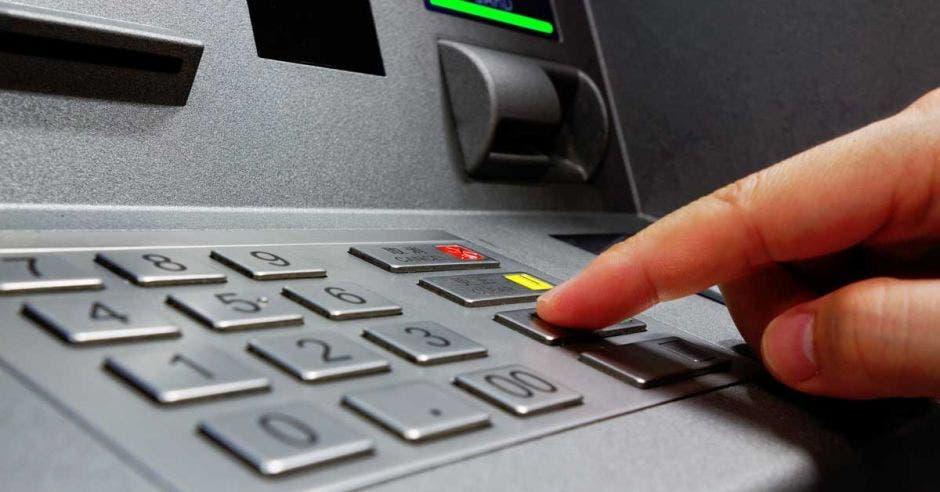 Persona sacando dinero del banco