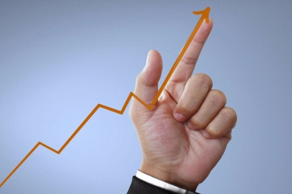 Mano señalando con el dedo un gráfico hacia el alza