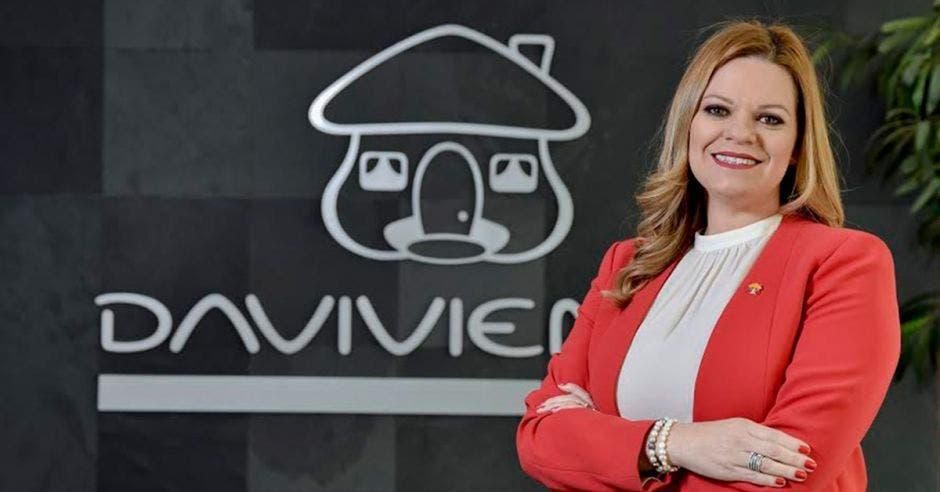 Leticia Arguedas posa frente a logo  de Davivienda