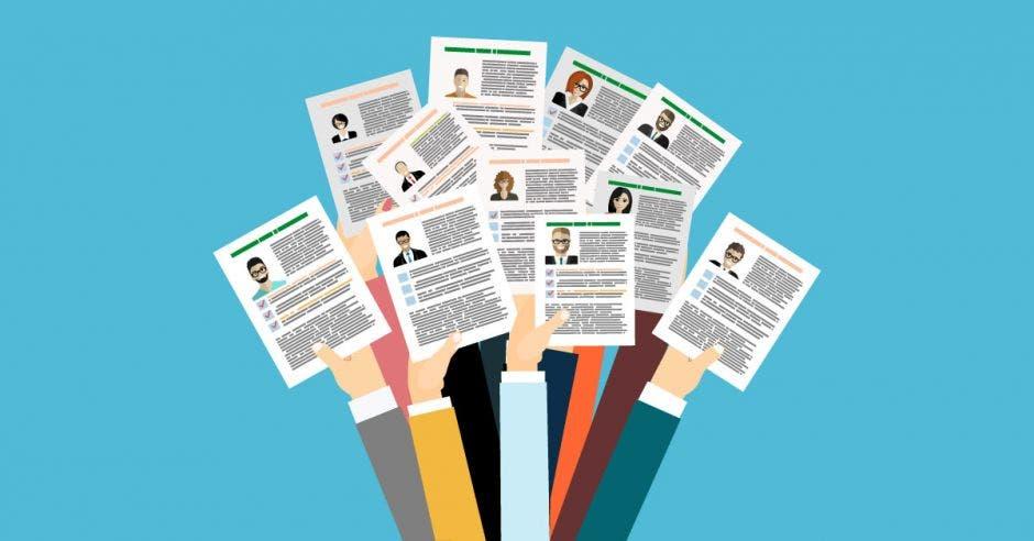 Personas ofreciendo su currículum