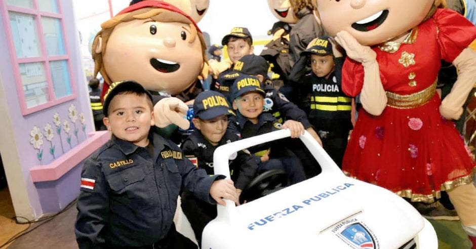 Niños vestidos de policías
