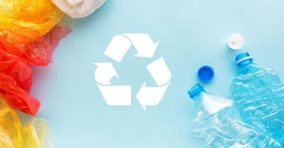 botellas y bolsas con el signo de reciclaje en el medio con un fondo celeste