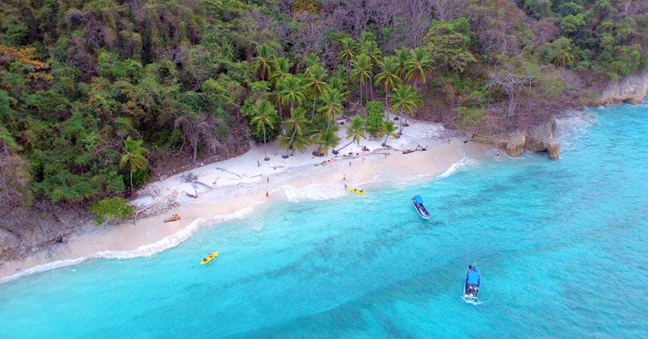 playa de agua turquesa