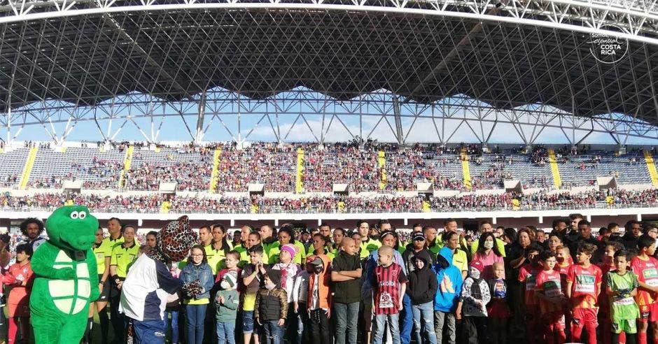 niños posan en estadio nacional