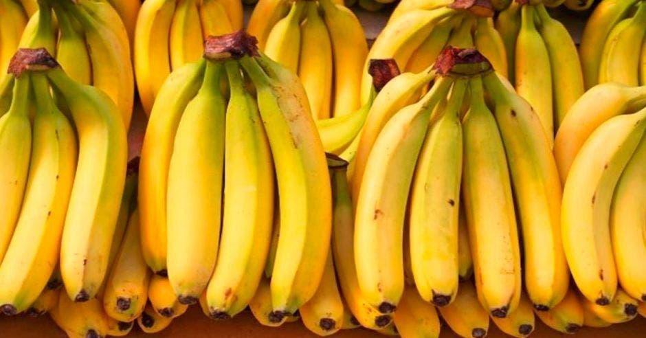 bananos amarillos en manos