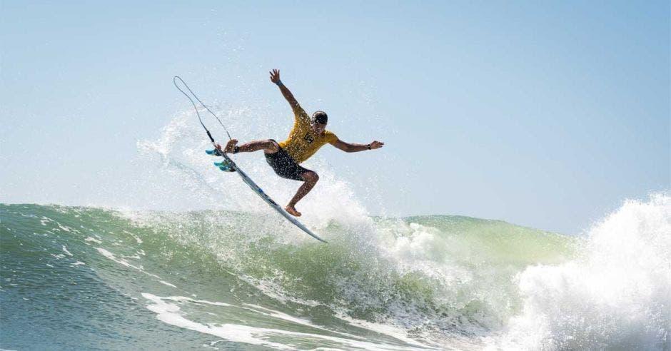 SURFISTA EN MAR