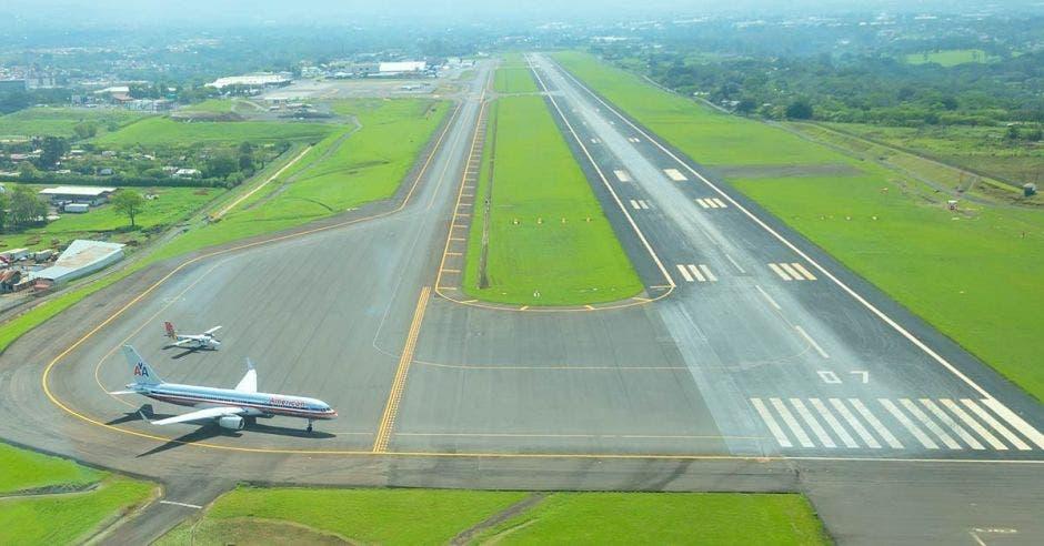 Foto de la pista de aterrizaje del aeropuerto Juan Santamaría en Alajuela.