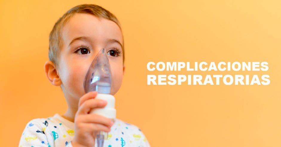 Un niño asmático con un aparato para respirar y la palabra complicaciones respiratorias