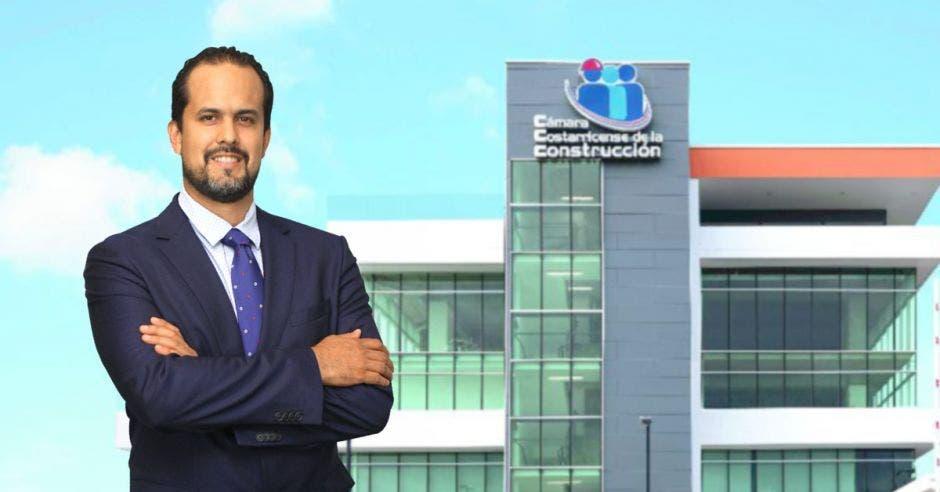 Esteban Acón con el edificio de la Cámara de la Construcción de fondo