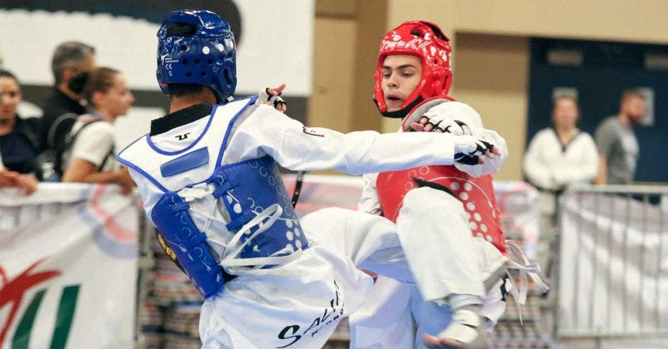 taekwondistas peleando