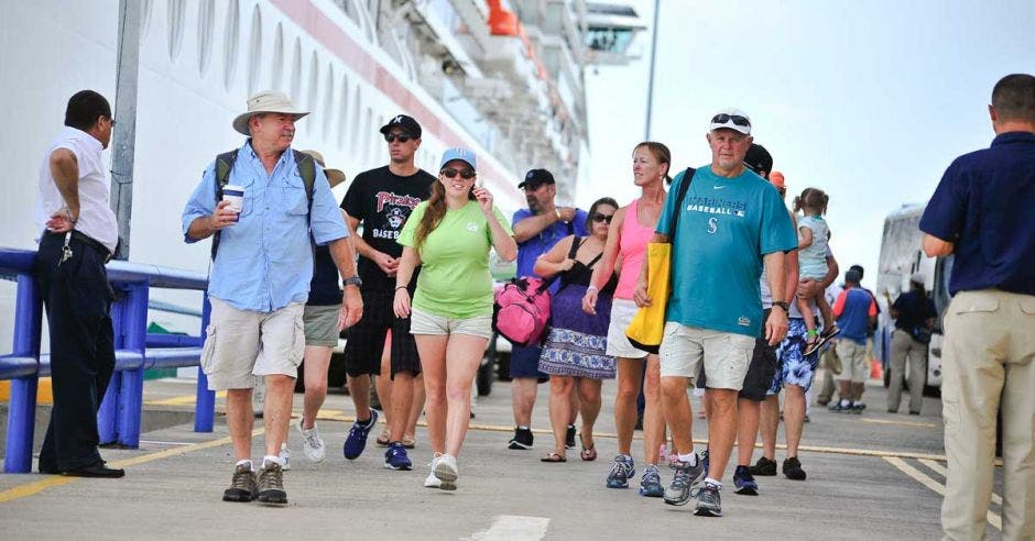 Un grupo de turistas camina por Limón