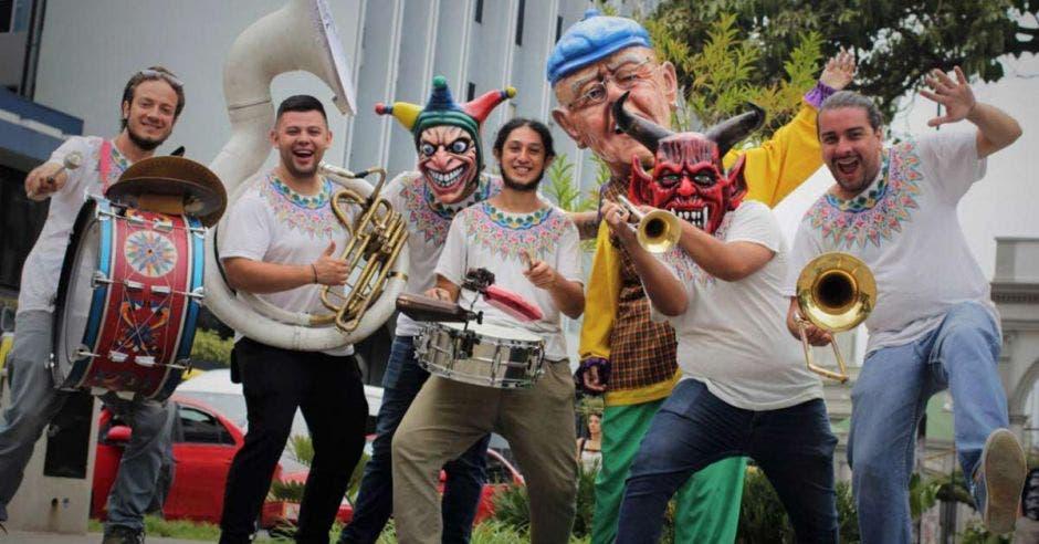 Varios integrantes de una cimarrona, varios tambores y mascaradas