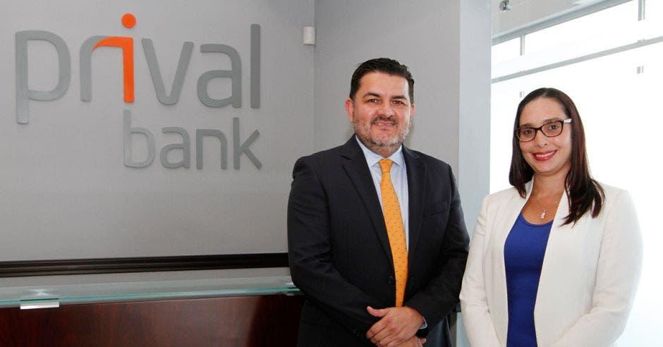 funcionarios de Prival Bank posan para la foto
