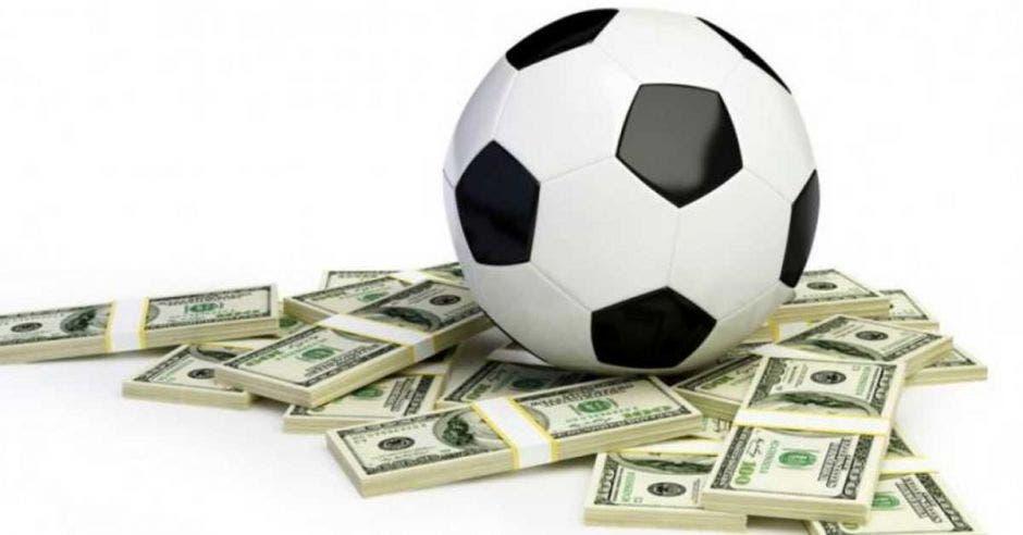 bola encima de fajos de dinero
