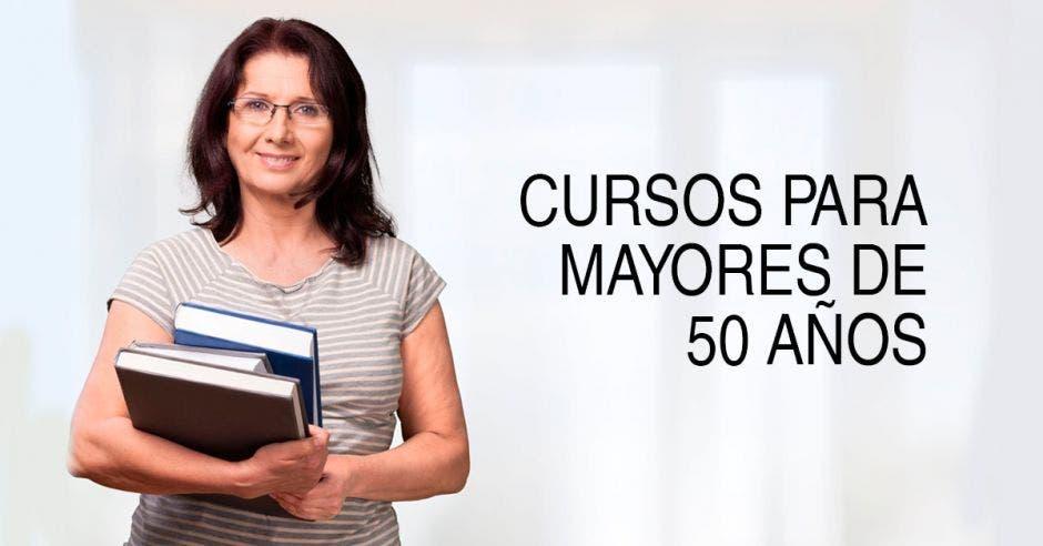 Una mujer con libros y la palabra cursos para mayores de 50 años