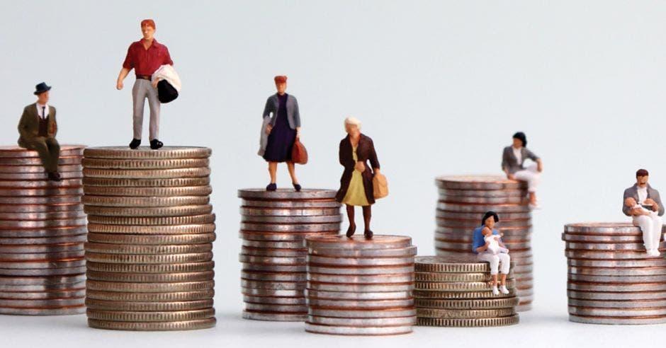 Personas de distintas edades son representadas por medio de figuras sobre monedas, lo que quiere decir que tienen acceso a las opciones financieras