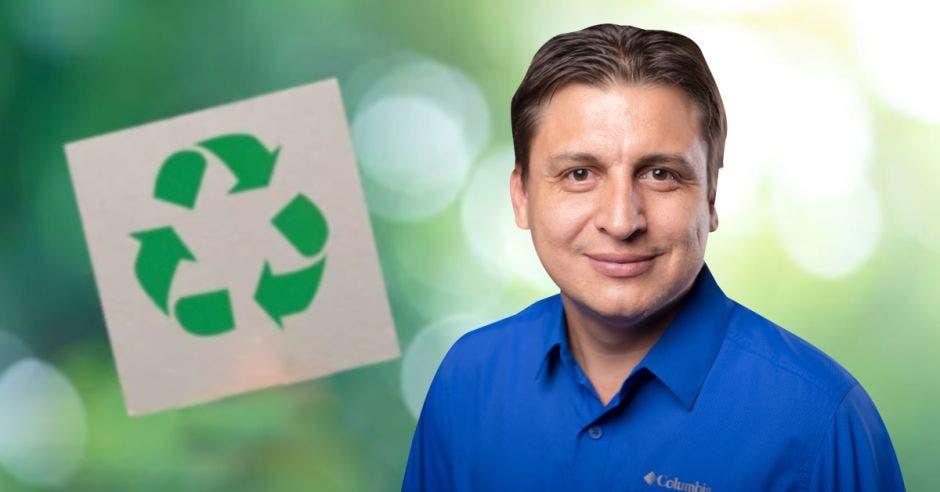 El candidato Dewin Brenes sobre un símbolo de reciclaje