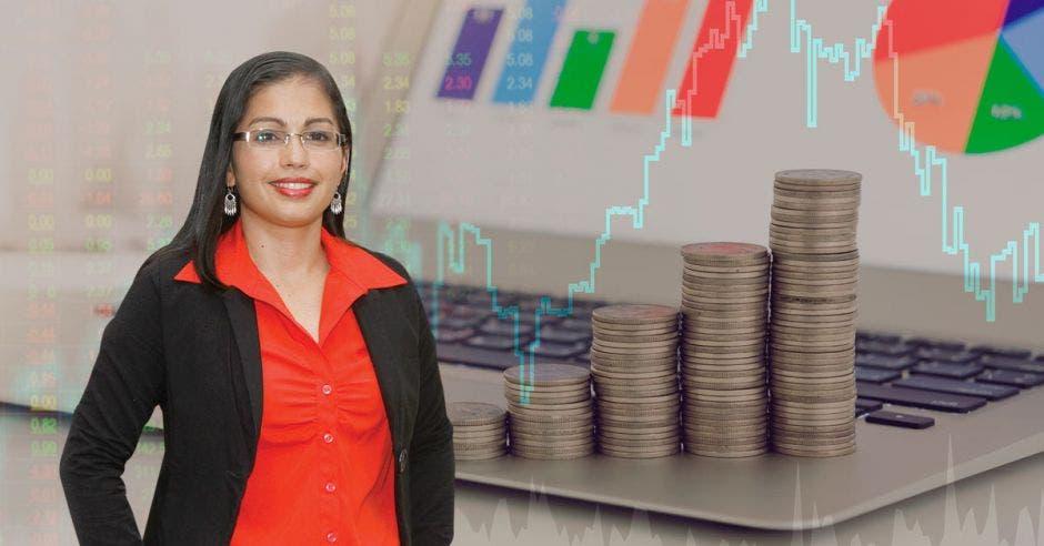 Roxana Morales con gráficos de fondo, monedas y una computadora con gráficos en la pantalla
