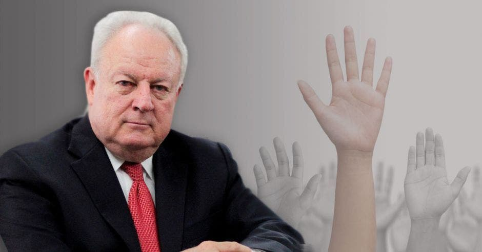 Enrique Egloff con manos de fondo levantadas