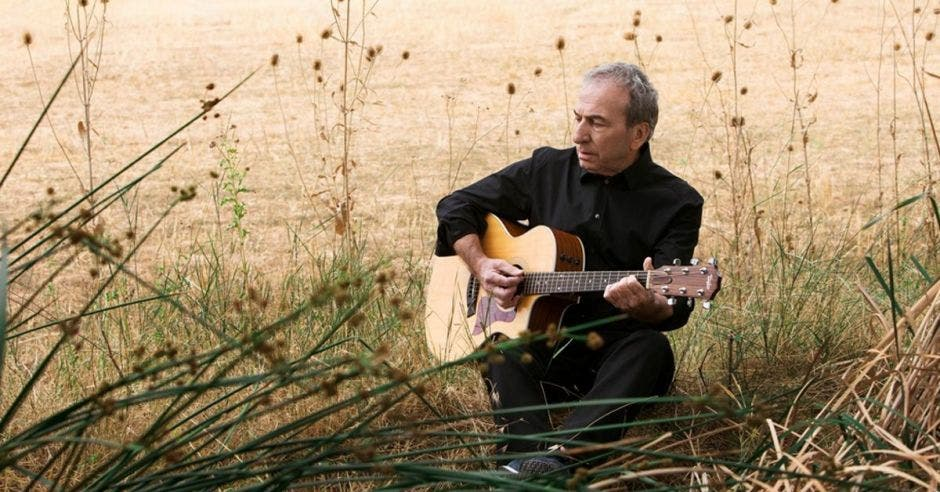 Jose Luis Perales tocando guitarra