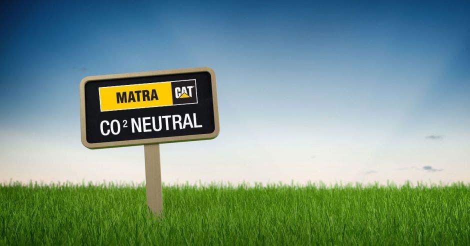 Un letrero de Matra en un campo verde