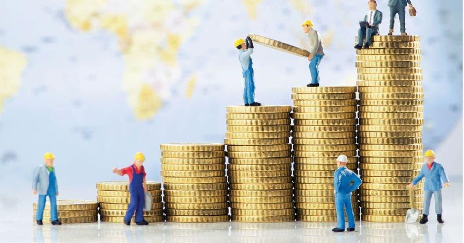 Constructores de figuras se mueven sobre monedas