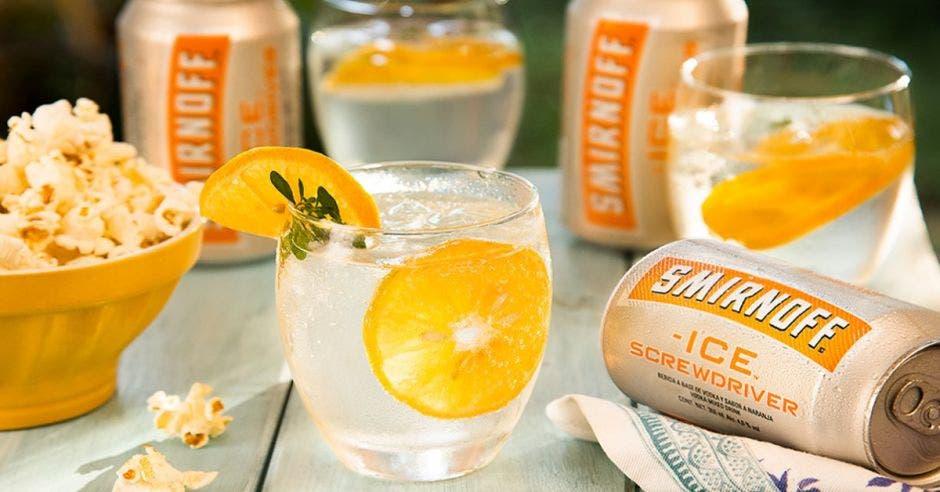 vaso con vodka y rodaja de naranja