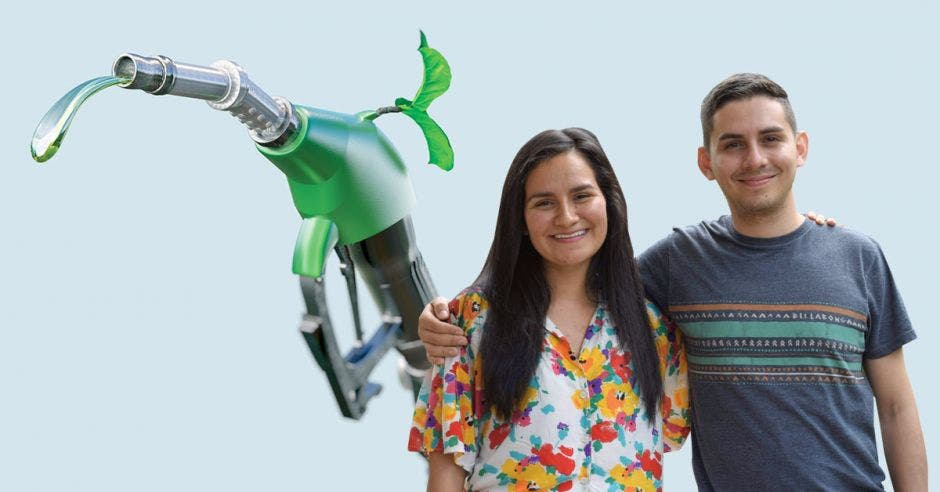 Los estudiantes Valerie Campos y David Castrillo sobre un fondo de gasolina