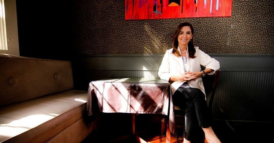 Silvia Hernández sentada en un restaurante