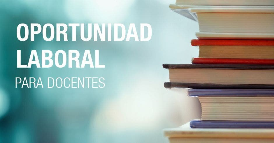 Una pila de libros y la palabra oportunidad laboral para docentes