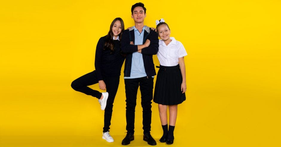 niños con uniformes de escuela y colegio
