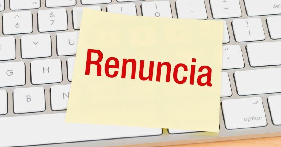 teclado con papel amarillo con la palabra renuncia