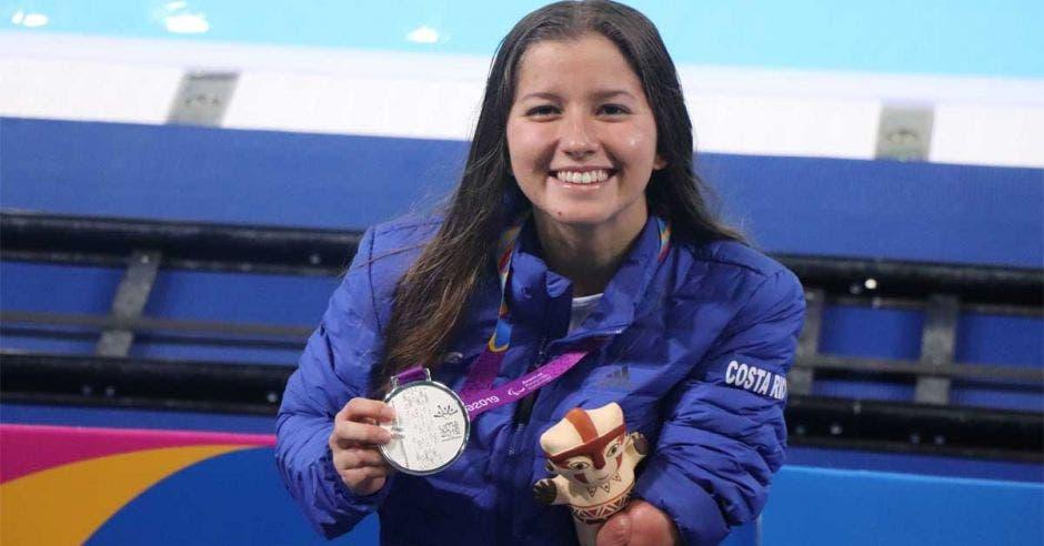 camila haase sostiene medalla