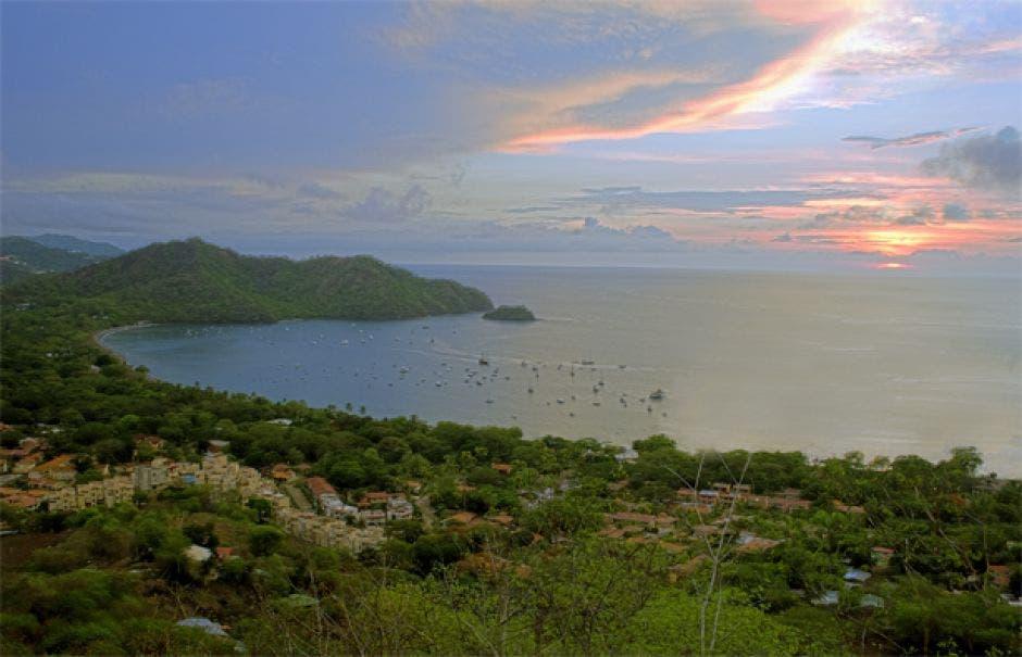 Vista panorámica de un atardecer en las playas del cantón de Carrillo.