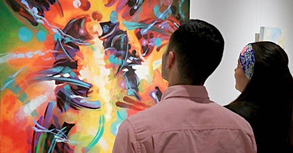Personas viendo una obra de arte