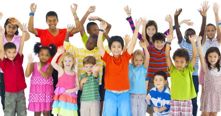 Un grupo de niños con las manos hacia arriba