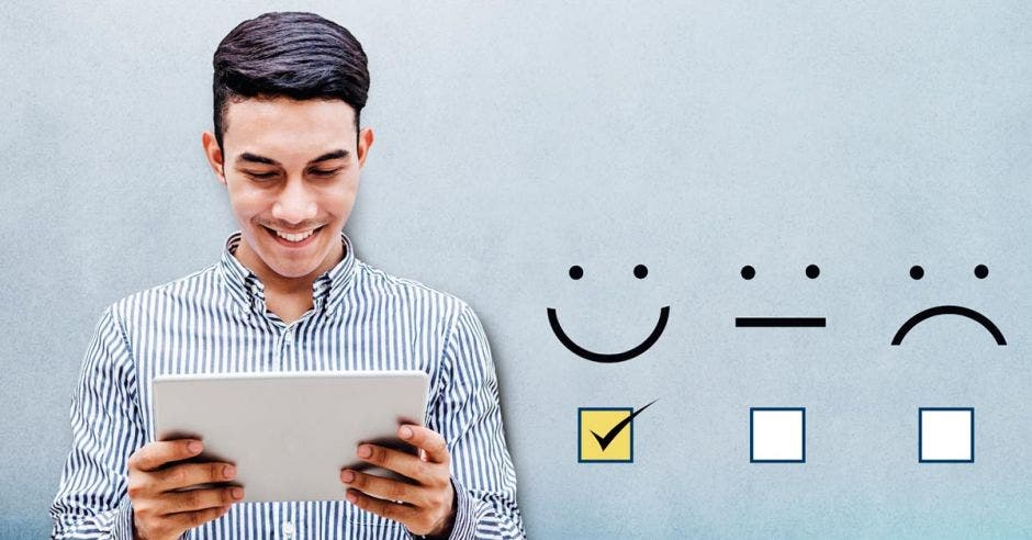 persona feliz por leyendo una tablet