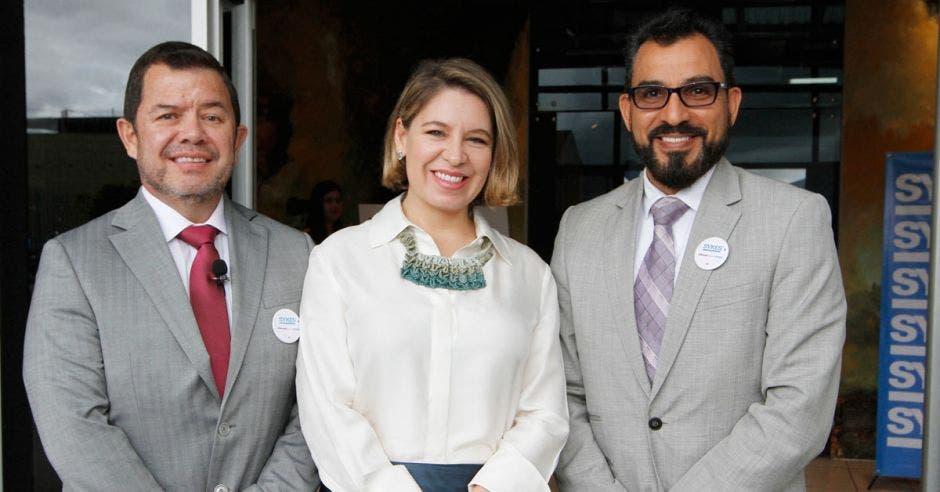 En la imagen Alejandro Arciniegas, vicepresidente de Operaciones SYKES, Claudia Dobles, primera dama de la República y Roy Mena, director de Asuntos Corporativos de SYKES posando