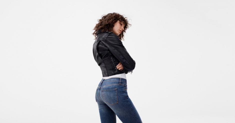 Modelo con jeans y jacket de cuero