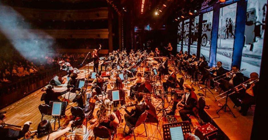 Los músicos de la filarmónica en medio concierto