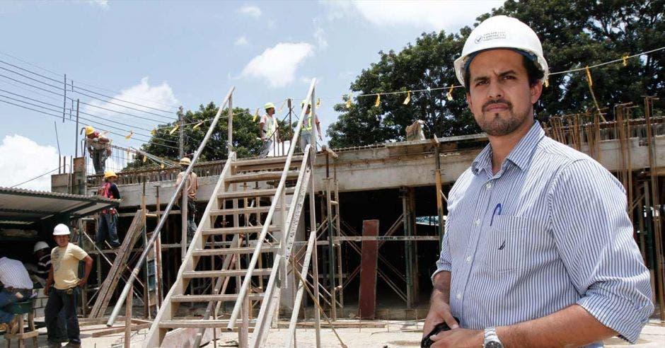 Esteban Acón posa en una construcción