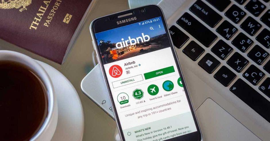 Un celular samsung con la aplicación de airbnb abierta
