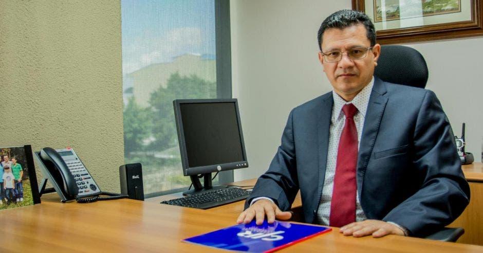Carlos Montenegro Godínez, sentado en su oficina