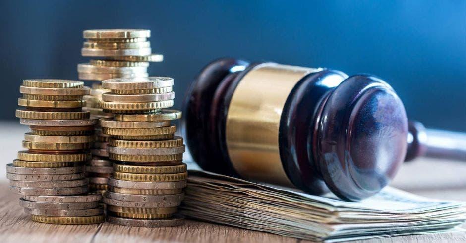 Un mazo de juez y monedas