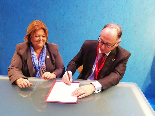 Maria Amalia Revelo, ministra de Turismo, y Luis Gallego, presidente de Iberia, firmando un memorando de entendimiento para promocionar a Costa Rica como destino turístico