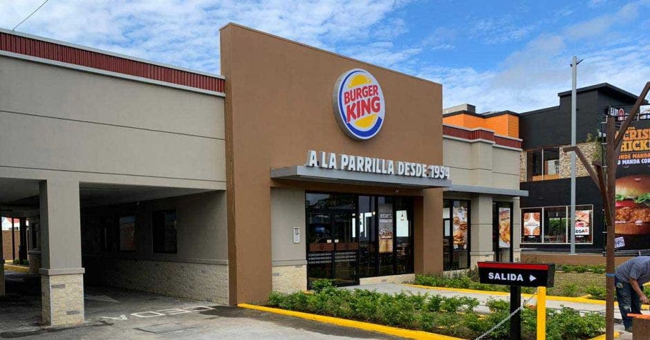 Un local con el logo de Burger King