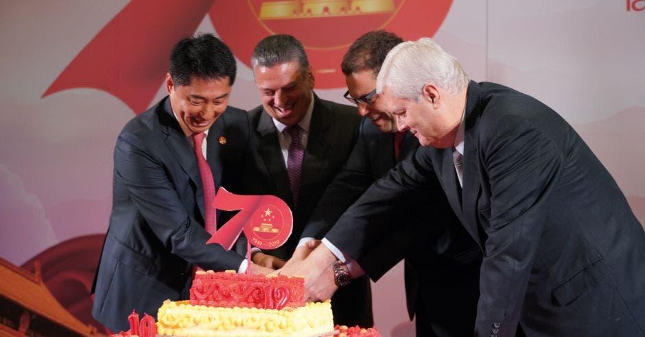 El embajador chino junto con el presidente de la Asamblea Legislativa, el canciller y el alcalde de San José conmemorando el 70o Aniversario de la Nueva China, el 12o anivesario de relaciones diplomáticas entre ambos países y el 10o aniversario de hermandad entre Beijing y San José.