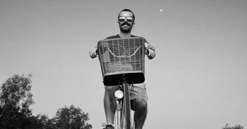 David Gómez pasea en su bicicleta