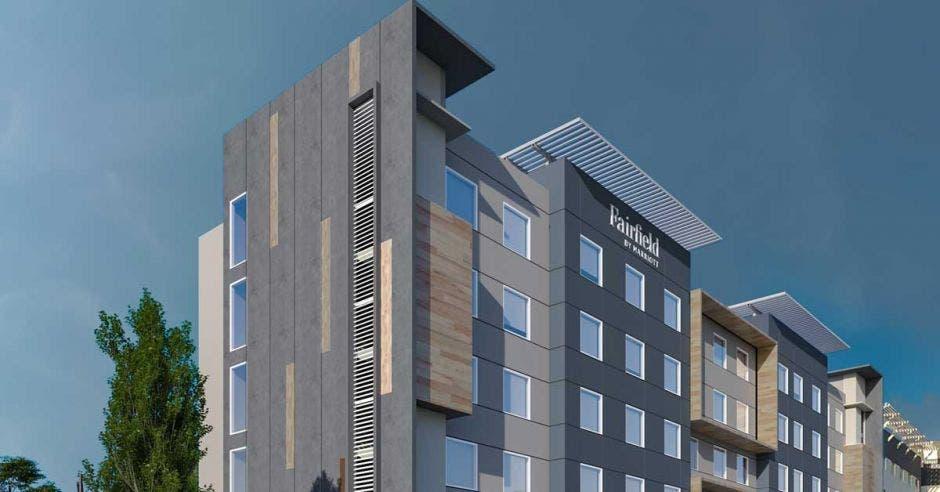 La fachada de un hotel grande color gris
